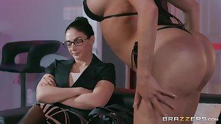 Bombshell bikini Latina Lela Star gets a facial from a big black cock